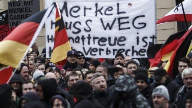 """روی پلاکارد نوشته شده """"مرکل باید برود"""". آلمان شاهد موجی از تظاهرات ناسیونالیست ها بوده است"""