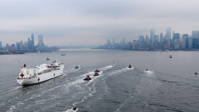 Barco hospital en la bahía de Nueva York