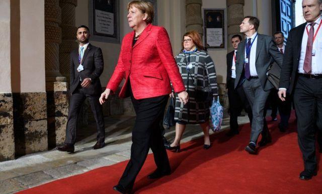 Angela Merkel yaridogewe, abandi baramushimira mu kwakira igitigiri kinini c'impunzi