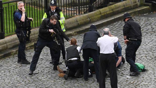 議事堂敷地内で地面に倒れた男性に警官たちが銃を向けていた