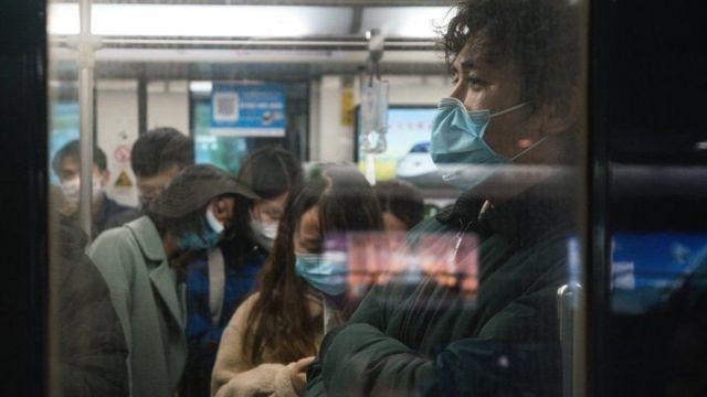 Çin'de metroda gençler