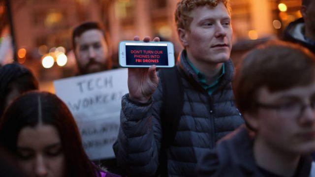 Протестующий с айфоном