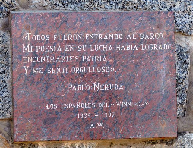 Una placa en la residencia de Neruda en Isla Negra, con una poesía dedicada a los refugiados españoles que llegaron en el carguero francés Winnipeg.