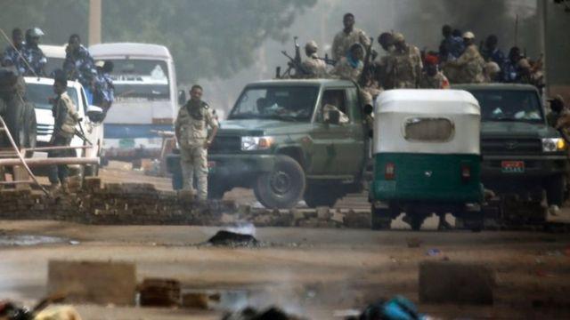 Здание армейского штаба в центре Хартума оцеплено военными