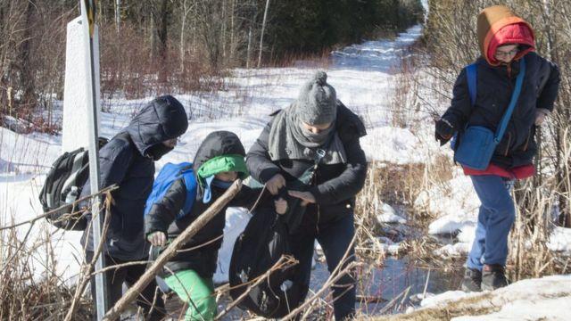 अमरीका से कनाडा में दाखिल होता एक शरणार्थी परिवार.