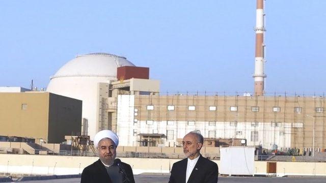 علی اکبر صالحی رئیس سازمان انرژی اتمی ایران و حسن روحانی رئیس جمهور در نیروگاه اتمی بوشهر