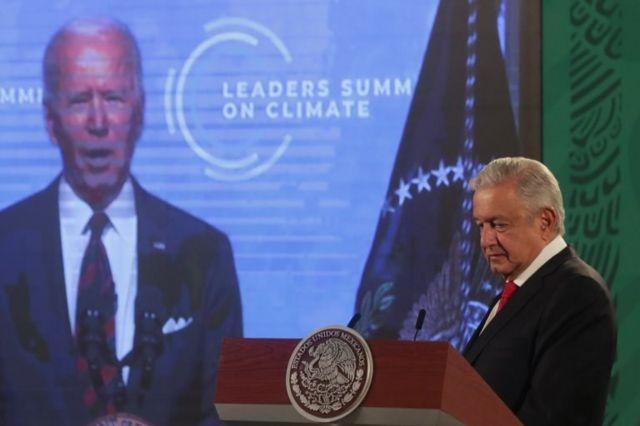 López Obrador escuchando el mensaje de Joe Biden