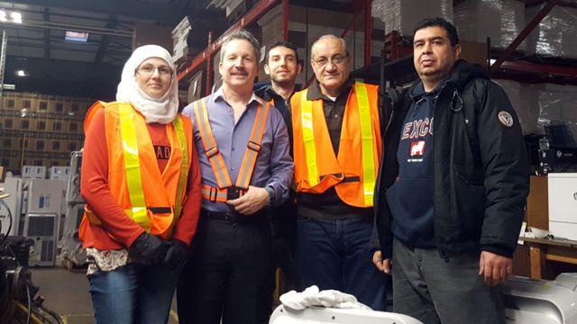 Jim Estill avec des réfugiés syriens qui travaillent maintenant pour Danby