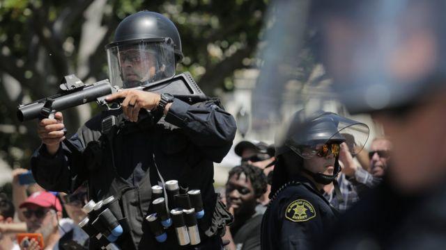 ตำรวจปราบจราจลถือปืนกระสุนยาง