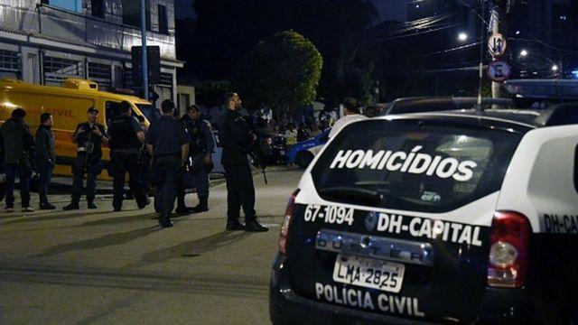 Carro da polícia em cena de homicídio no Rio em 2016