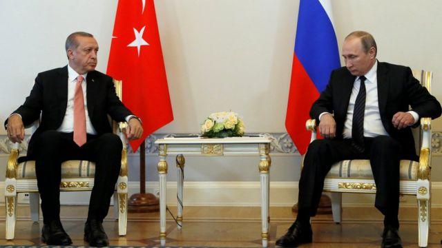 Cumhurbaşkanı Erdoğan ile Rusya Devlet Başkanı Vladimir Putin yan yana oturuyor.