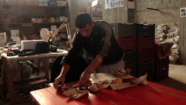 El arqueólogo, Fadel Alatol, almacena todas las antigüedades encontradas en el sitio de Anthedon.