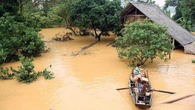 Người dân chèo thuyền trong nước lụt