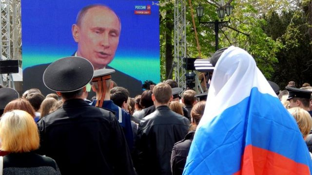 Севастополь, люди слухають виступ Володимира Путіна