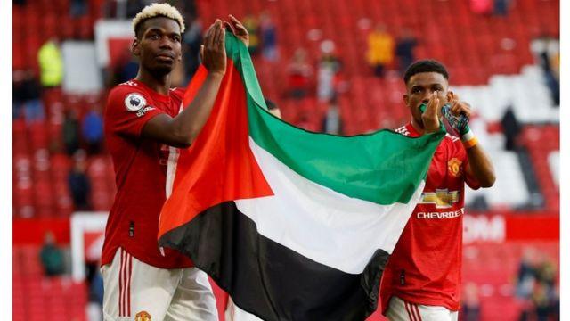بول بوغبا وأحمد ديالو يرفعان العلم الفلسطيني