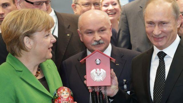 Подарок Меркель Путину - часы с кукушкой