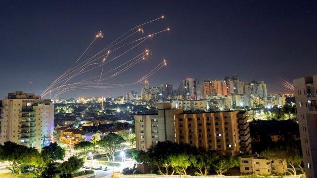 صواريخ من منظومة القبة الحديدية الدفاعية الإسرائيلية تعترض الصواريخ التي تطلق من قطاع غزة