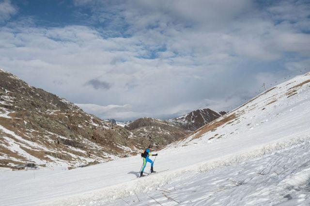 متزلج يتسلق الجبل.