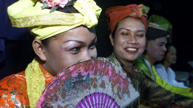 Les Bissu sont considérés comme des êtres spirituels qui incarnent à la fois le pouvoir masculin et féminin.