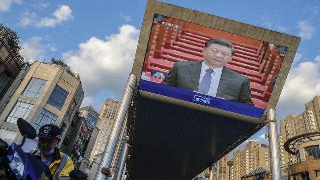 北京街頭一台巨型屏幕播放中國中央電視台新聞聯播有關習近平出席人大會議之報道(27/5/2020)