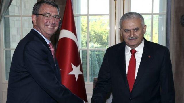 अमरीकी रक्षा मंत्री ऐश कार्टर से मुलाक़ात करते तुर्की के प्रधानमंत्री बिनाली यिल्दरिम