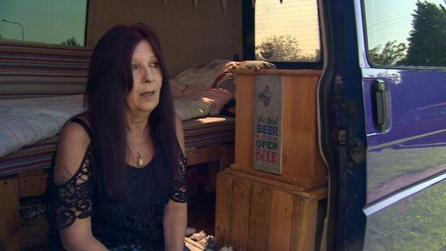Polly bir yıldan uzun süredir bir karavanda yaşıyor