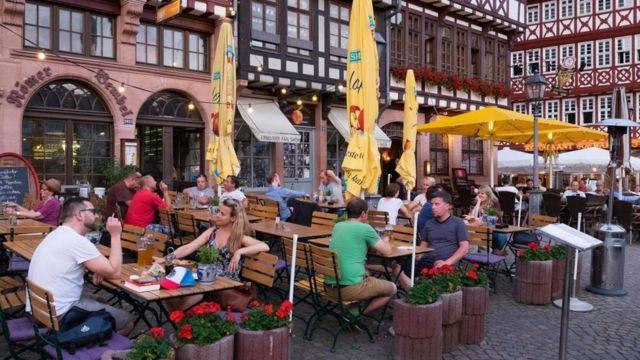 فرانكفورت تضم العديد من المطاعم والمتاجر