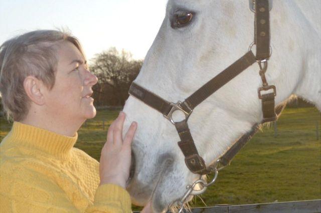 كيلي آن ألكساندر مع فرسها أليانا