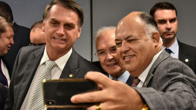 Deputados evangélicos fazem selfie com Bolsonaro