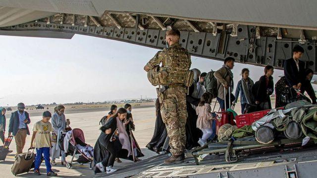 Militares británicos evacúan ciudadanos.