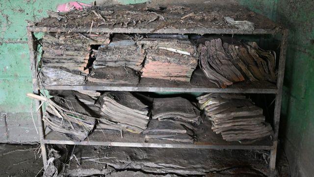Libros cubiertos de lodo en una escuela en Honduras luego del paso de los huracanes Eta y Iota en 2020