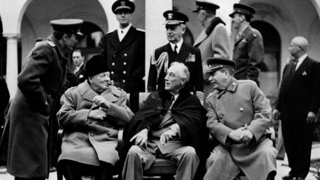 El líder soviético José Stalin (der.) junto al primer ministro británico Winston Churchill y el presidente de EE.UU. Franklin Delano Roosvelt