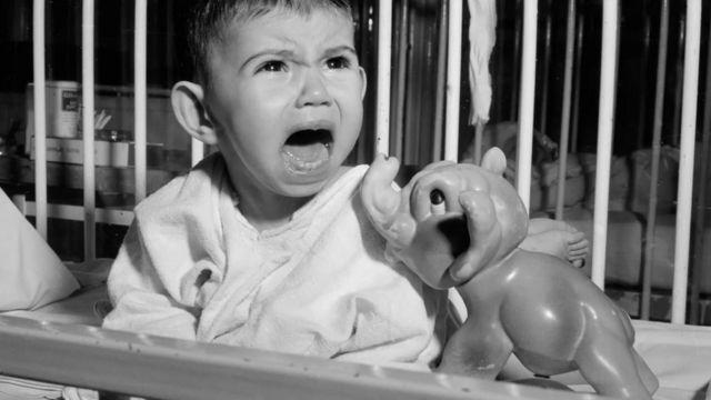 L'idée que les bébés ne devraient pas se réveiller la nuit est un mythe culturel, selon certains experts