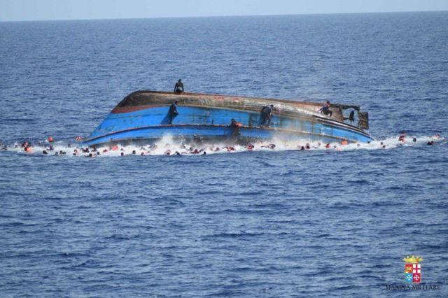 Marinha Italiana iniciou operação dramática na semana passada após barco carregando mais de 500 imigrantes ter virado
