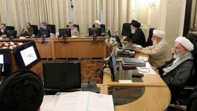 شورای نگهبان متشکل از دوازده فقیه و حقوقدان عمدنا محافظه کار است. احمد جنتی دبیر این شوراست