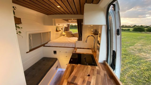 Interior de una camioneta recién convertida
