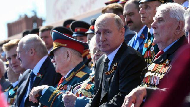 Без масок. В Москве состоялся парад Победы - BBC News Русская служба