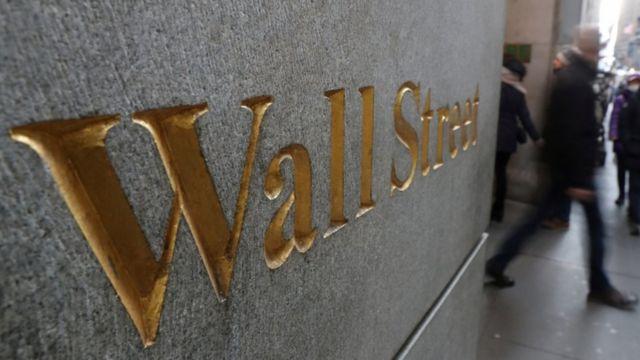 Wall Street escrito en una pared.