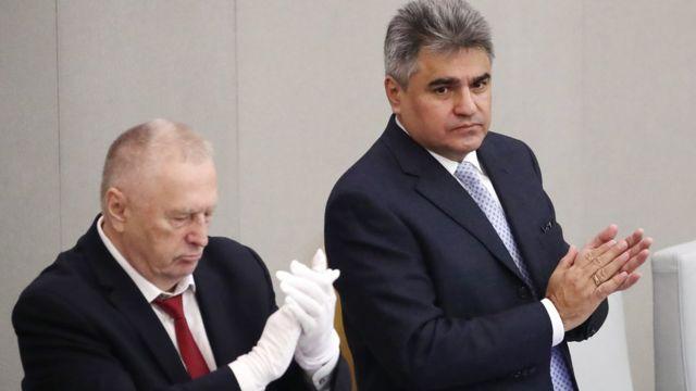 Кремлевский старый клоун в белых перчатках