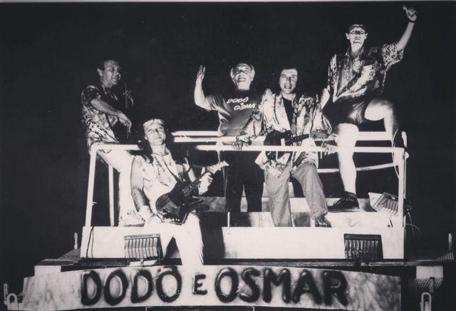 Osmar Macedo e seus filhos em cima da sua criação: o trio elétrico. Armandinho com visual roqueiro
