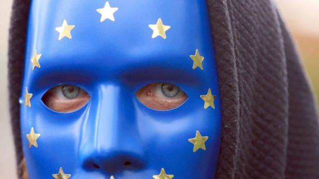 Hombre con una máscara con los colores de la bandera de la Unión Europea durante las protestas en Londres
