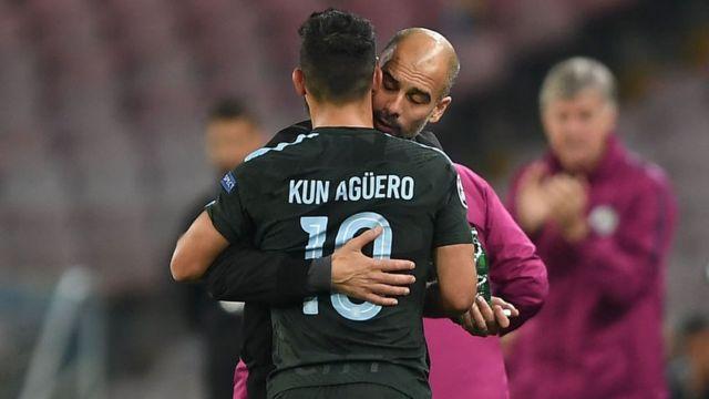 Guardiola felicitando al Kun después de la victoria contra el Napoli.