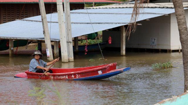 ชาวบ้านใช้เรือสัญจร เข้าออกหมู่บ้าน