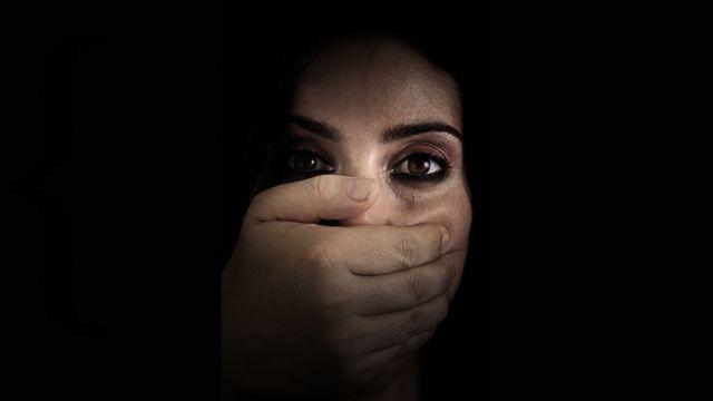Ağzı kapatılan bir kadın