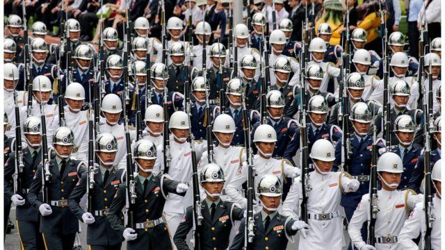 パレードには兵士や学生が参加した(20日、台北)