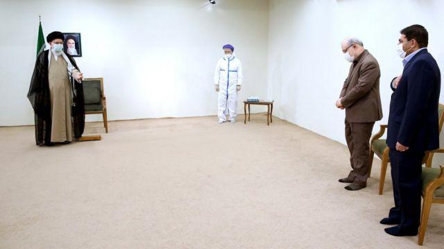از راست محمد مخبر رئیس ستاد فرمان اجرایی، سعید نمکی وزیر بهداشت در کنار رهبر ایران