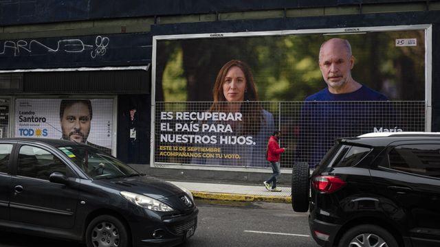 El alcalde de la ciudad de Buenos Aires, Horacio Rodríguez Larreta y la exgobernadora de Buenos Aires, María Eugenia Vidal, en un cartel callejero en Buenos Aires