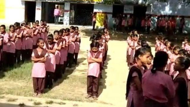 उत्तर प्रदेश के पीलीभीत के एक स्कूल में प्रार्थना करतीं छात्राएं