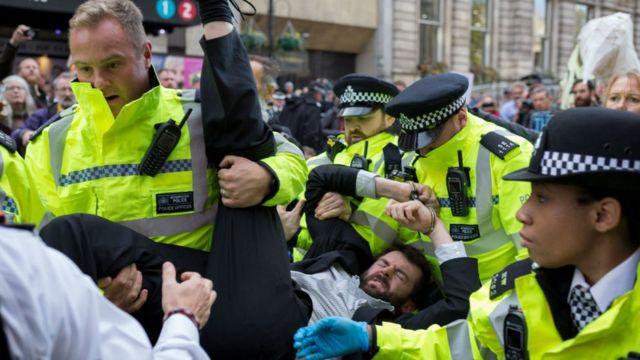 поліція виносить демонстранта