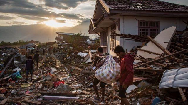 Para penyintas di Kelurahan Petobo mengais-ngais puing untuk mencari kerabat dan harta benda mereka.